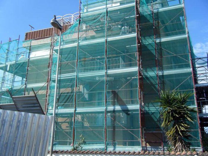 ristrutturazione di un palazzo in corso