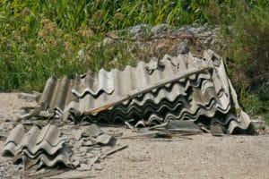Lastre di amianto abbandonate lungo una strada